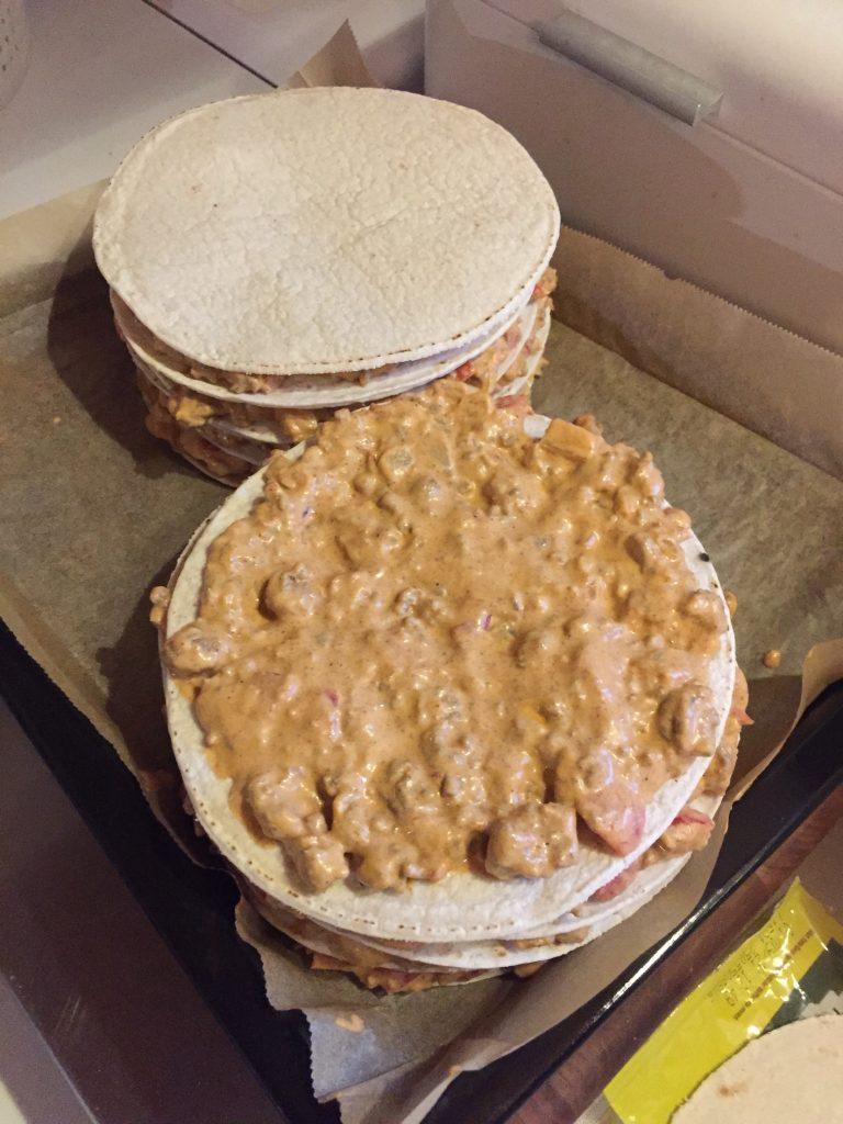 Ladotaan vuorotellen taco-lattyja ja seosta kerroksittain