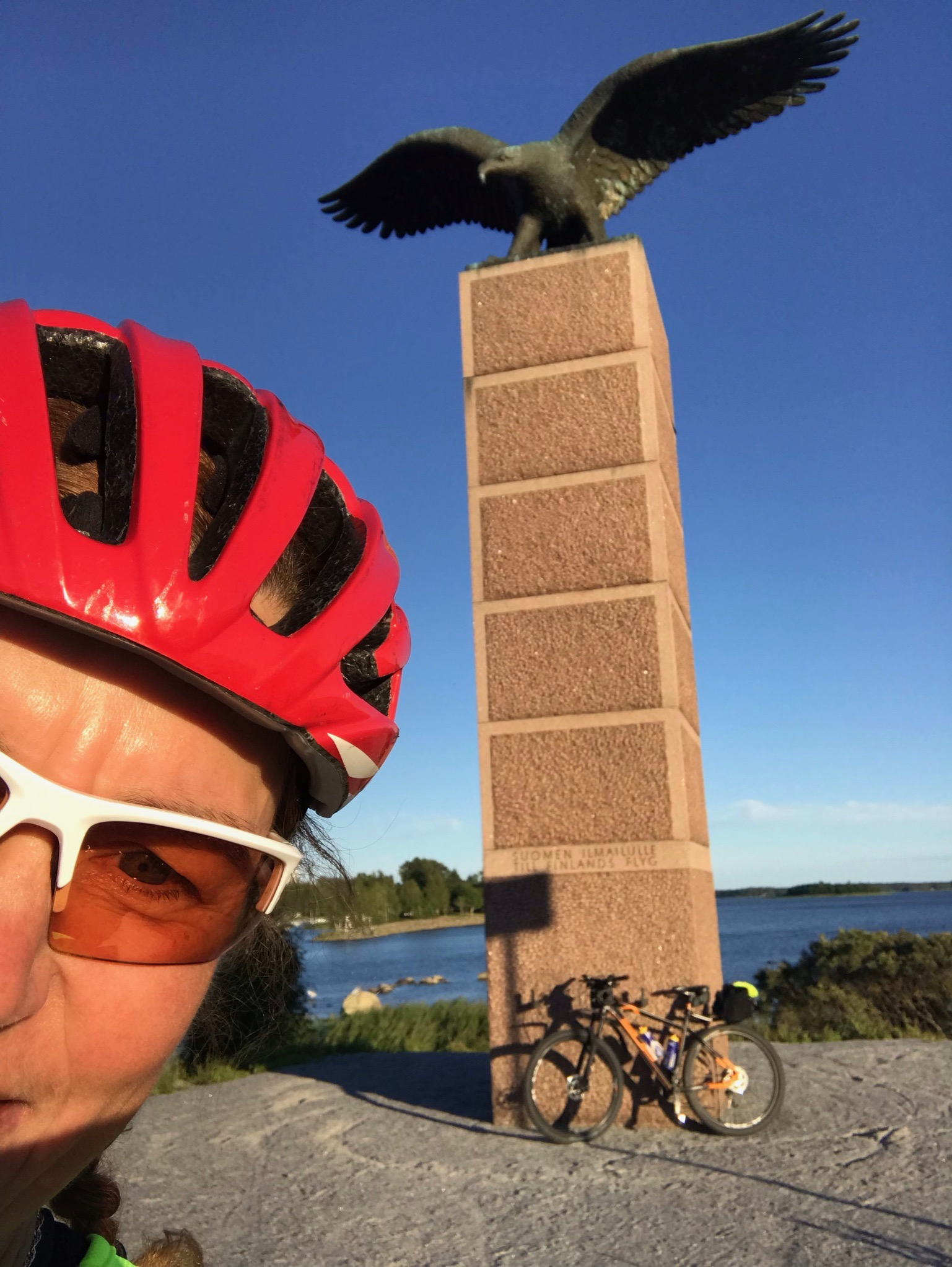 Minä pyöräretkeni päätepisteessä: Vaasassa Merikotka-patsaalla Vaskiluodon sillan kupeessa.
